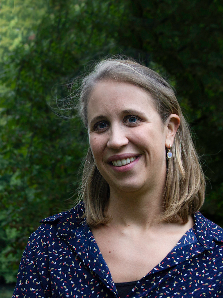 Natalie De Schepper, Klinisch Psycholoog en Integratief Psychotherapeut, staat in de tuin.