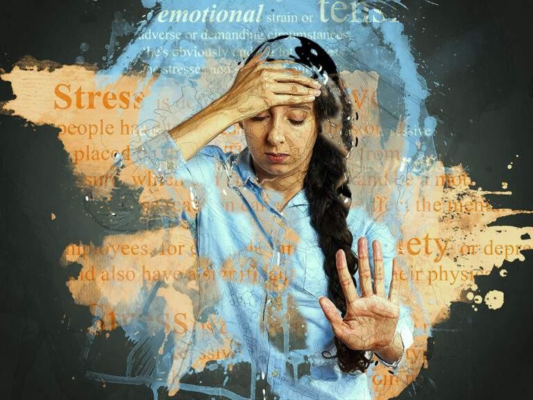 """Vrouw met één hand tegen hoofd, ander hand vooruit gehouden om """"halt"""" te roepen. Woorden als stress, depression... zijn geprojecteerd op achtergrond."""