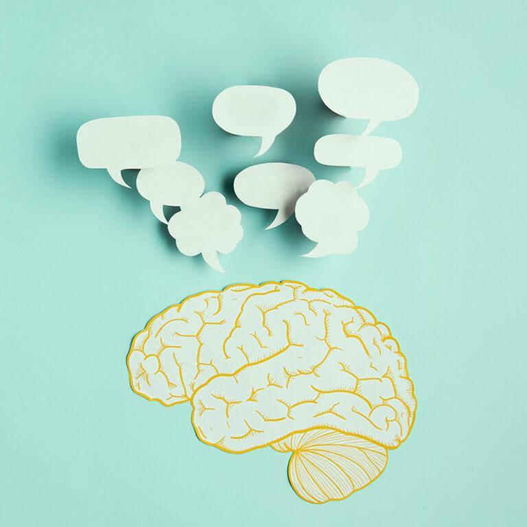 Tekening van hersenen en tekstballonnen. Cognitieve gedragstherapie bij verslaving focust op het veranderen van patronen. Dat start in de hersenen.