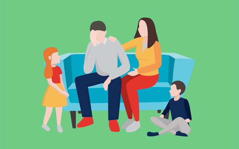 Familietussenkomst als methodiek bij behandeling van verslaving om het probleembesef van de verslaafde te vergroten. Twee kinderen en de partner omringen een man die radeloos op de sofa zit.