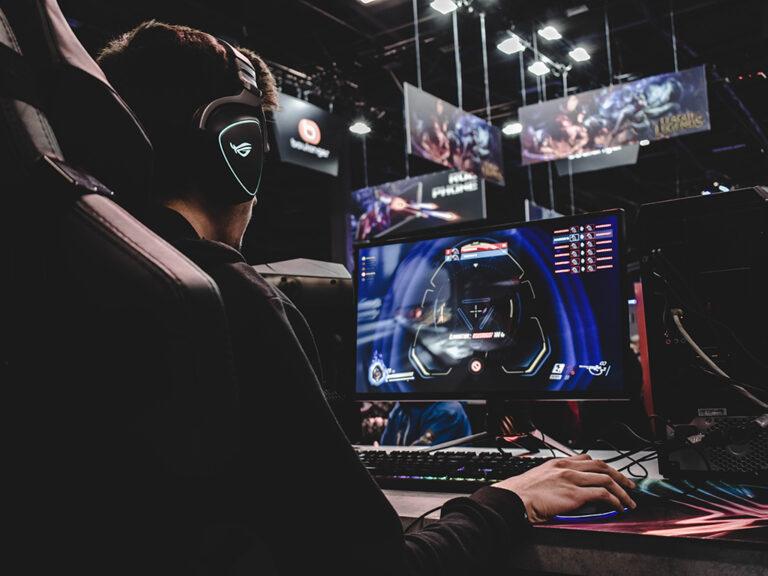 Een man die professioneel uitgerust is, gaat helemaal op in zijn virtuele game. Hij heeft een gamestoornis wanneer gamen zijn leven gaat beheersen.