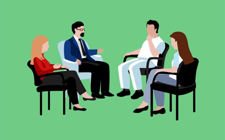 Systeemgesprek als therapie richt zich tot de (familie) bubbel waartoe de verslaafde behoort. Twee vrouwen en man op stoel in gesprek met therapeut.