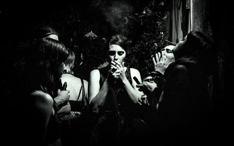Overwinnen van een verslaving vereist nazorg, om herval te vermijden, Laat je niet verleiden door de 4 feestende mensen met drugs en alcohol in hun hand.